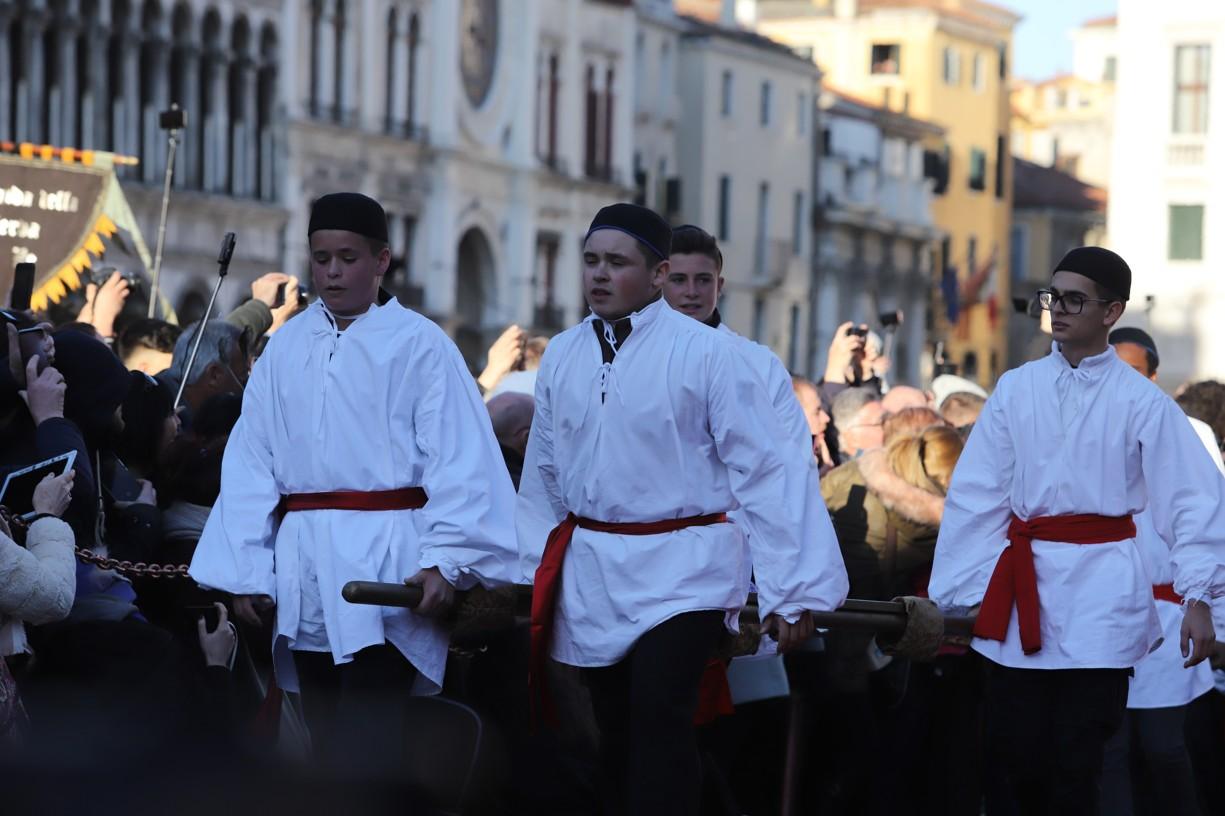 Tito chlapci přinesli v průvodu dvanáct Marií, což jsou nejkrásnější dívky Benátek v tomto roce zralé na vdávání, na podium náměstí sv. Marca