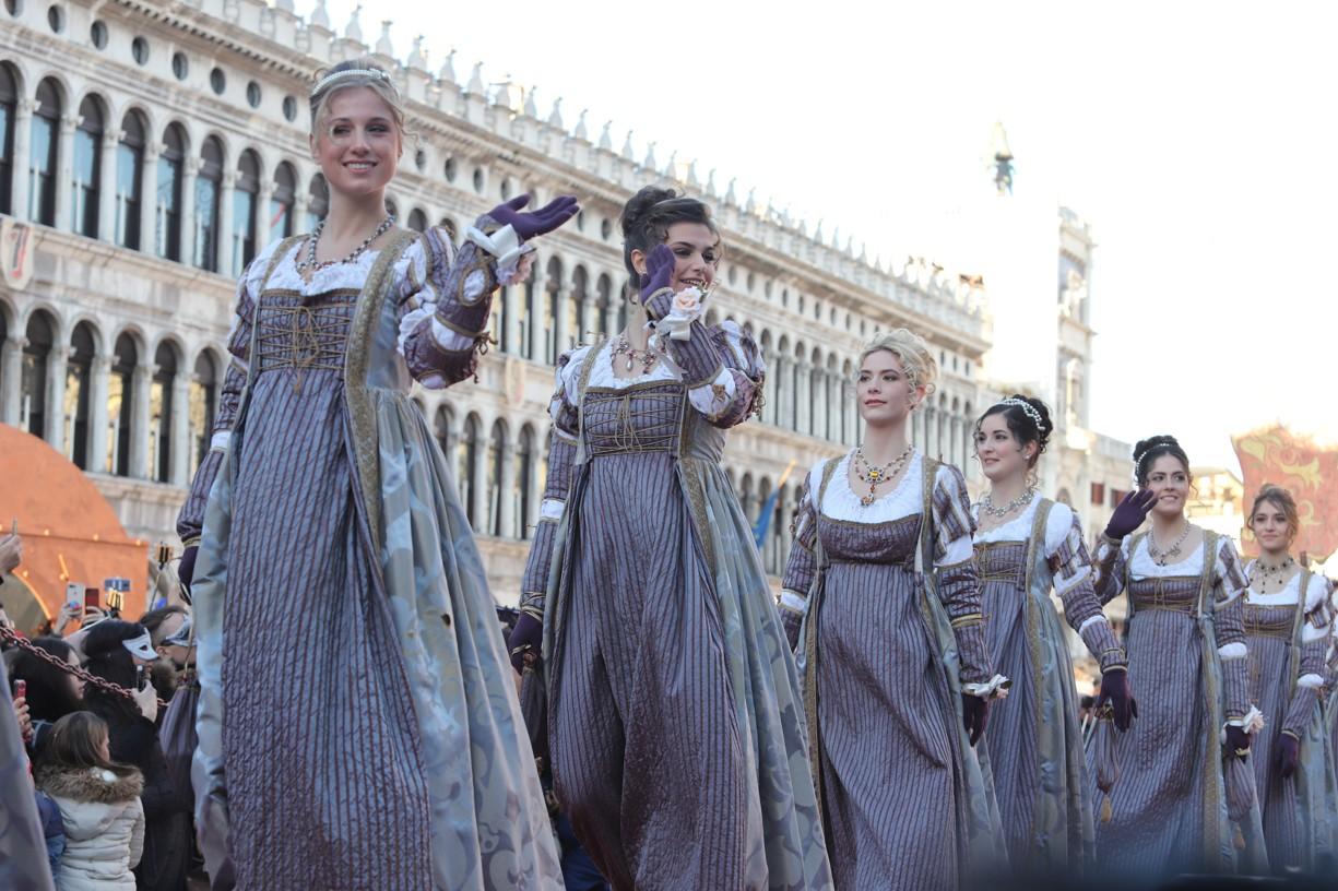 Po molu k podiu na náměstí svatého Marka už dvanáct benátských Marií kráčelo po svých