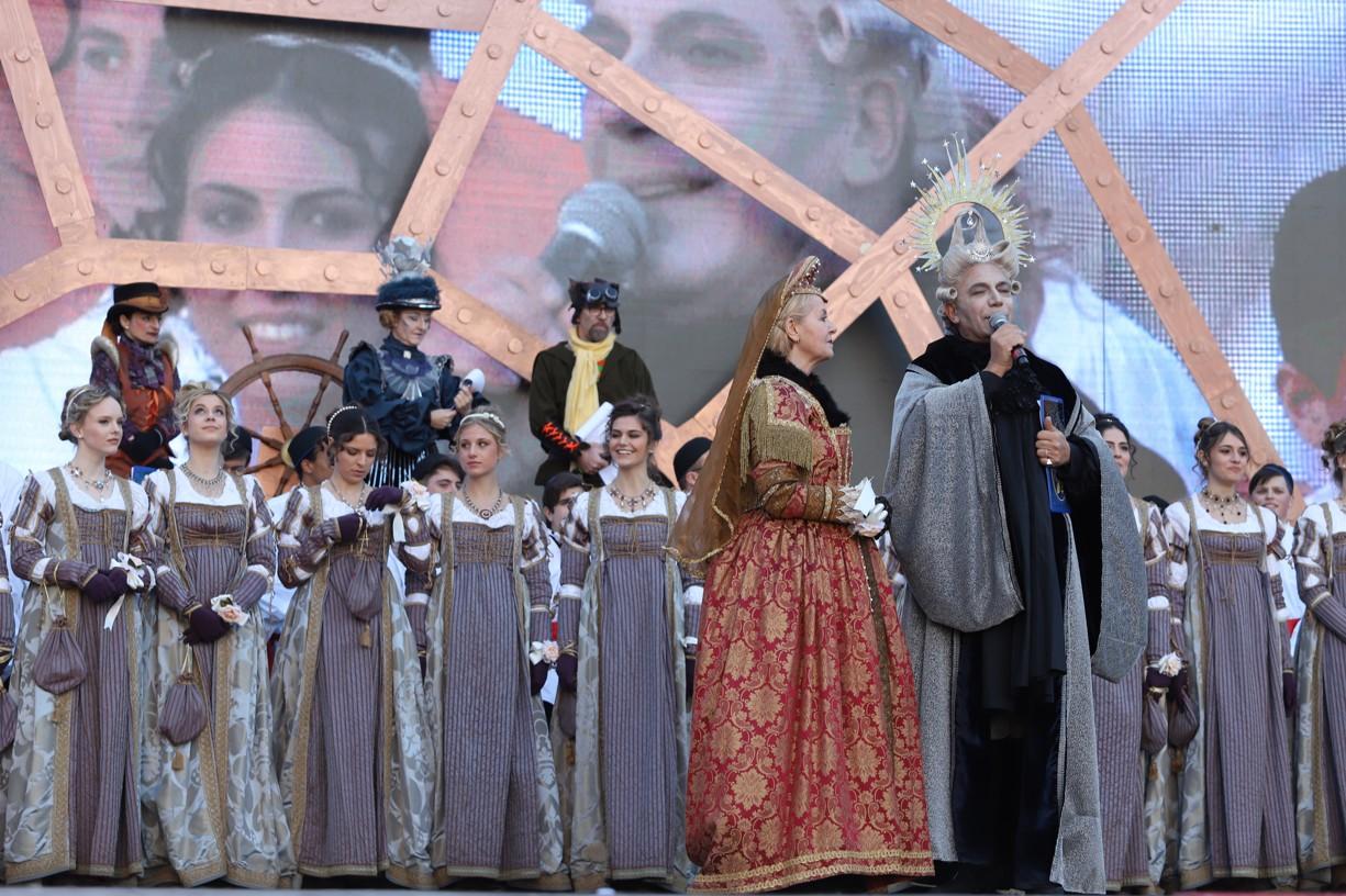 Moderátoři představují dvanáct benátských Marií roku 2019