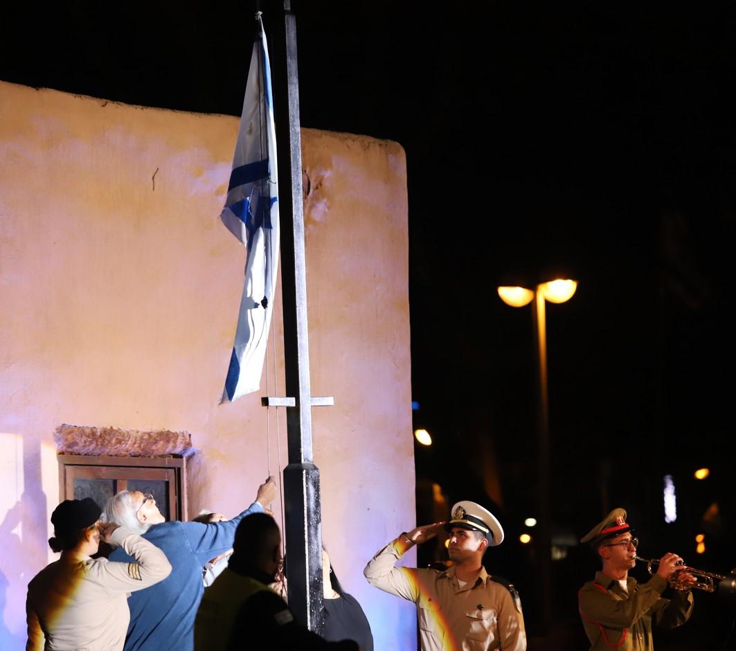 Slavnostní vztyčení izraelské vlajky stejně jako před sedmdesáti lety