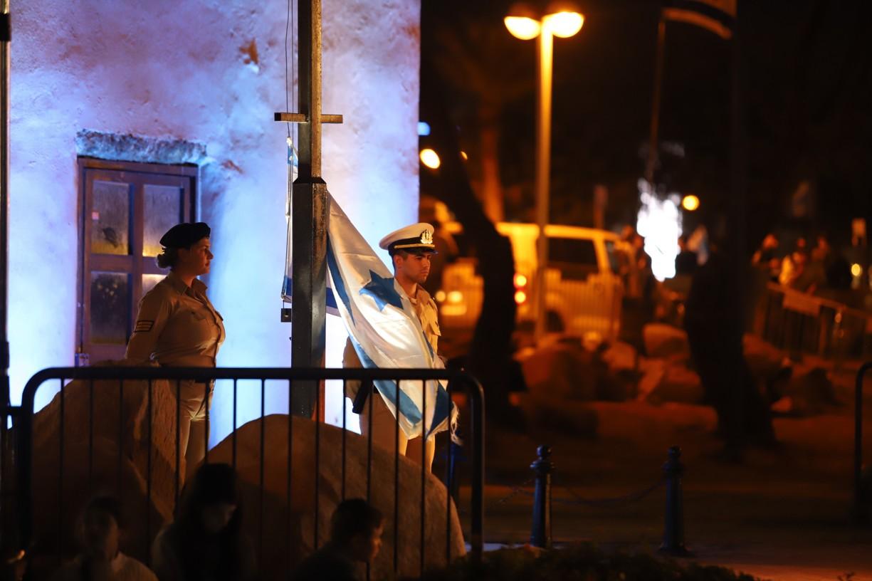Vojáci připravení ke slavnostnímu vztyčení vlajky, připomínající stejnou událost před sedmdesáti roky