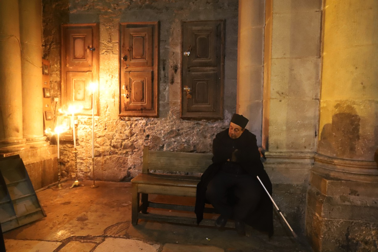 Strážce u vstupu do baziliky Božího hrobu