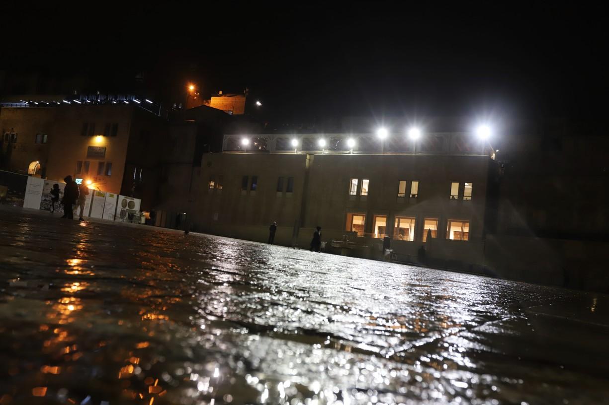 Kvůli zimě a vytrvalému dešti bylo u Zdi nářků zcela prázdno