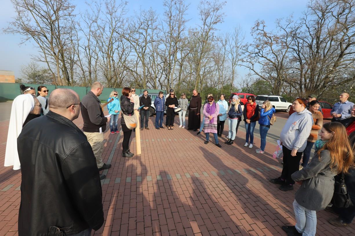 Účastníci Křížové cesty se sešli na parkovišti pod Rochusem.