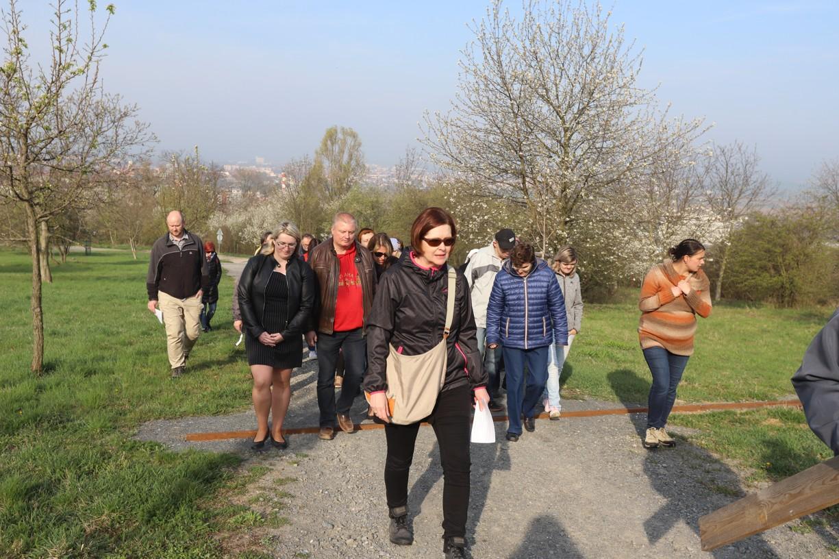 Křížovou cestu připravila a vedla pastorační asistentka  Charity Uherské Hradiště Hana Reichsfeld (uprostřed)