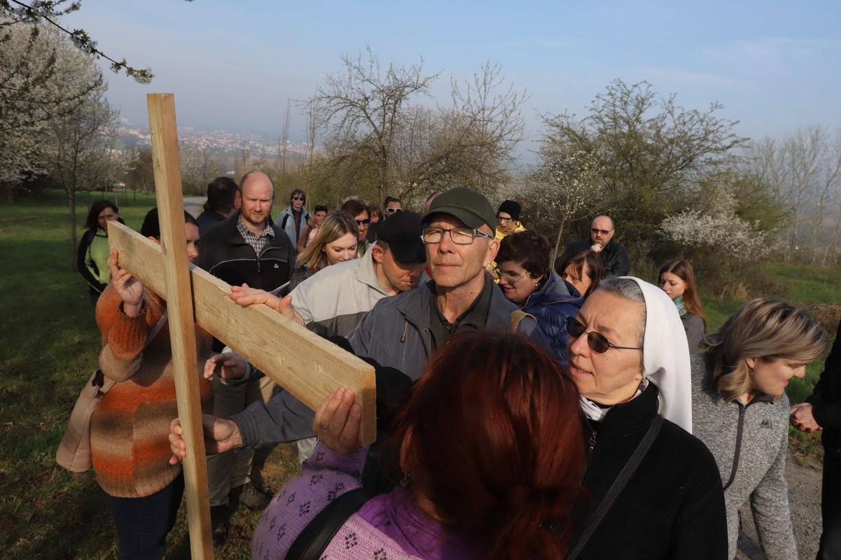 Na jednom ze zastavení se měli všichni účastníci symbolicky dotknout kříže