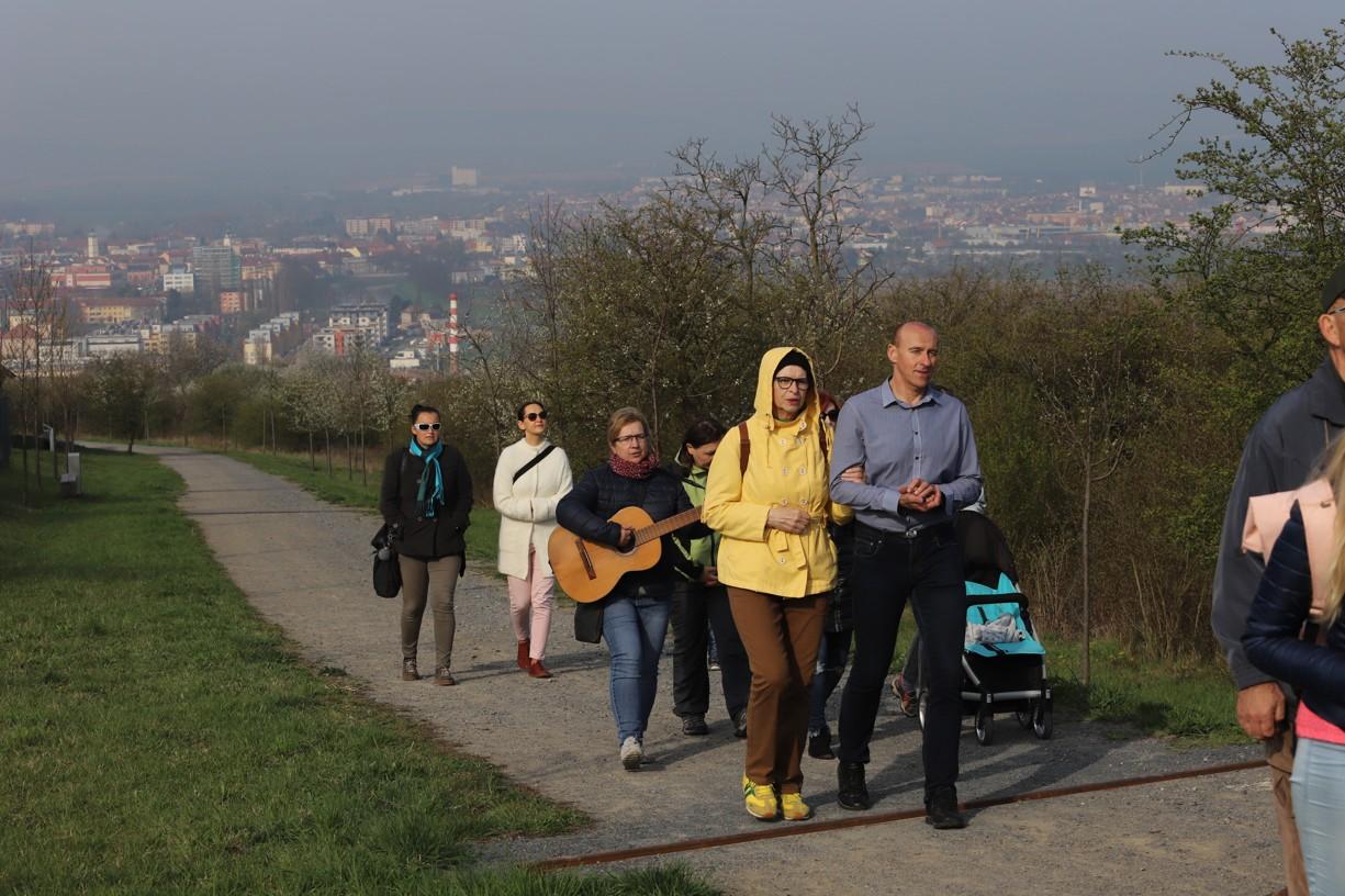 Účastníci Křížové cesty procházeli rozkvetlou krajinou, se zářícím sluncem nad hlavou a nádhernými pohledy na město