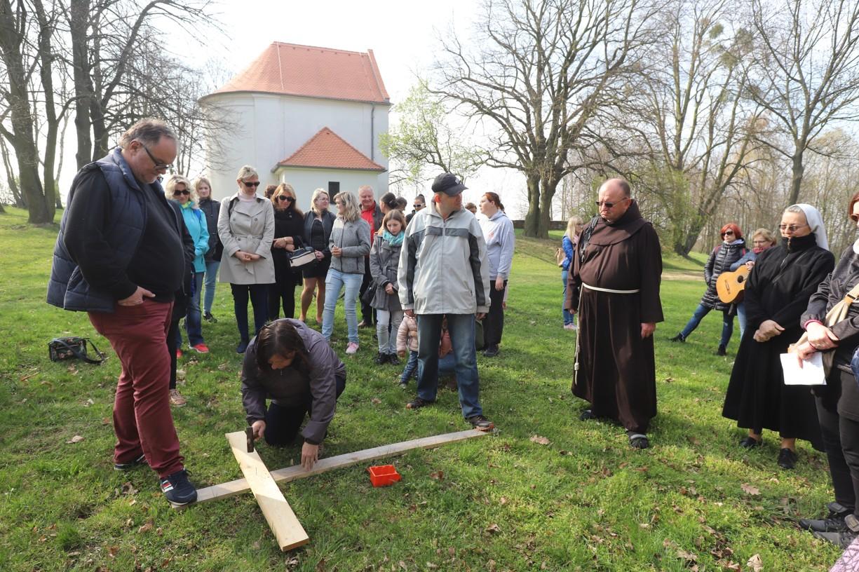 Při zatloukání hřebíků měl každý symbolicky na kříž odevzdat své hříchy