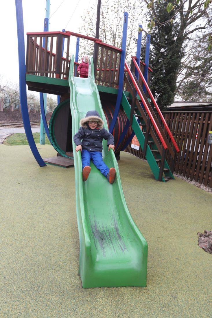 Dětem se moc líbilo dětské hřiště před Kovozoo
