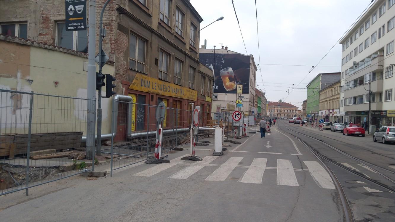 Tady už jsme na Cejlu a bezútěšný pohled do ulice Brna pokračuje...