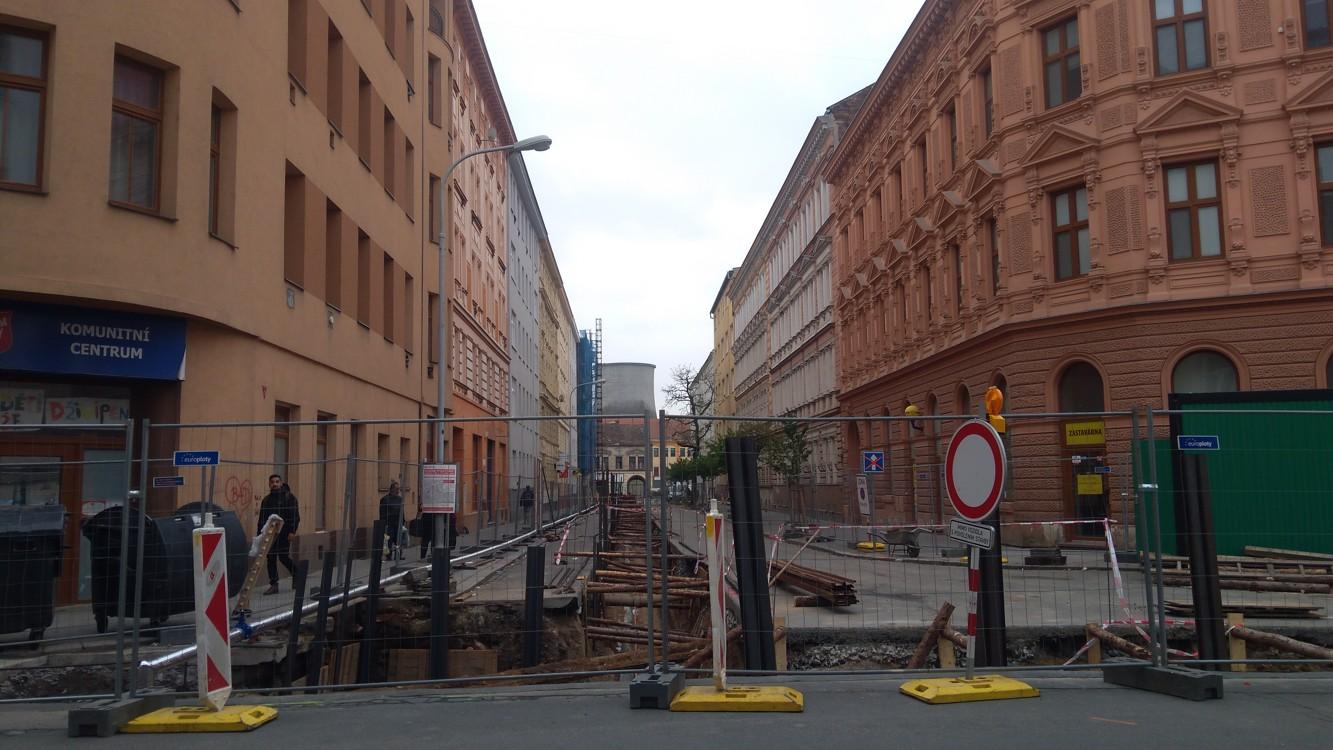 Pohled z Bratislavské do Körnerovy ulice, kde se také opravují chodníky