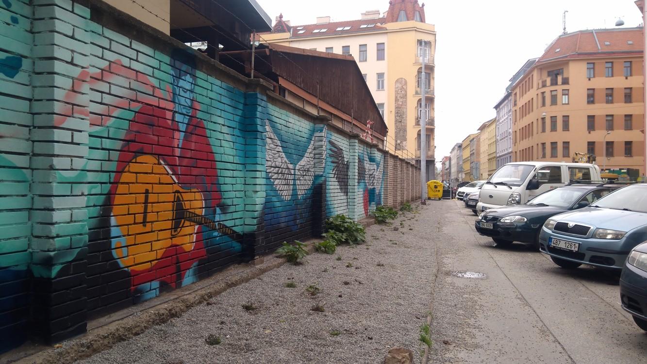 Bratislavská ulice s pásem štěrku vedle chodníku, který je plný psích hovínek, že by to byl psí záchod???