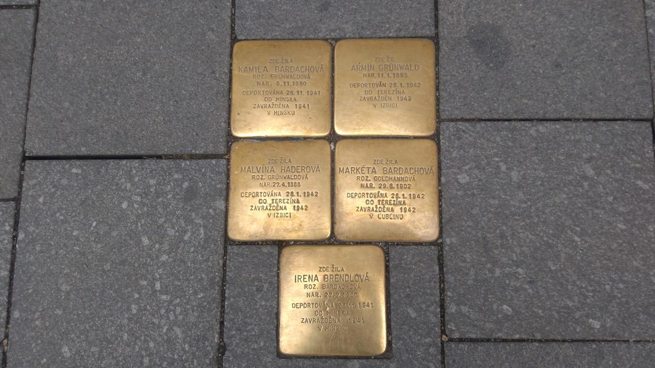 Memento dvacátého století. Zlaté kostky v dlažbě i v Brně připomínají oběti holocaustu druhé světové války...