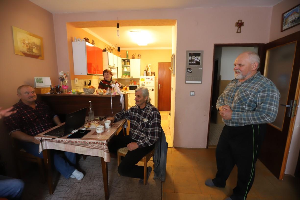Trojici kamarádů jsem ráno zastihla doma u Martina Hudečka při snídani.