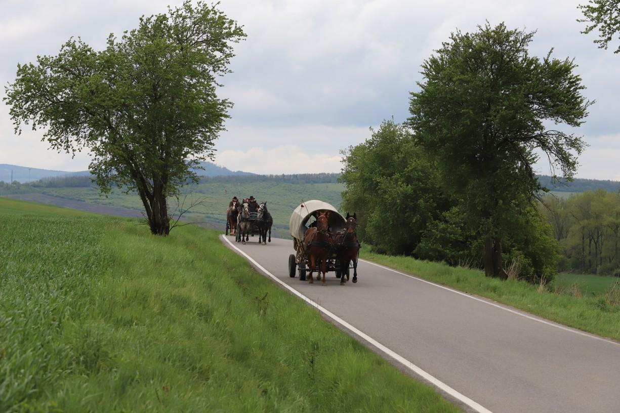Tady už se vozy vzdalují Hrubé Vrbce a míří do Strážnici a Hodonína.
