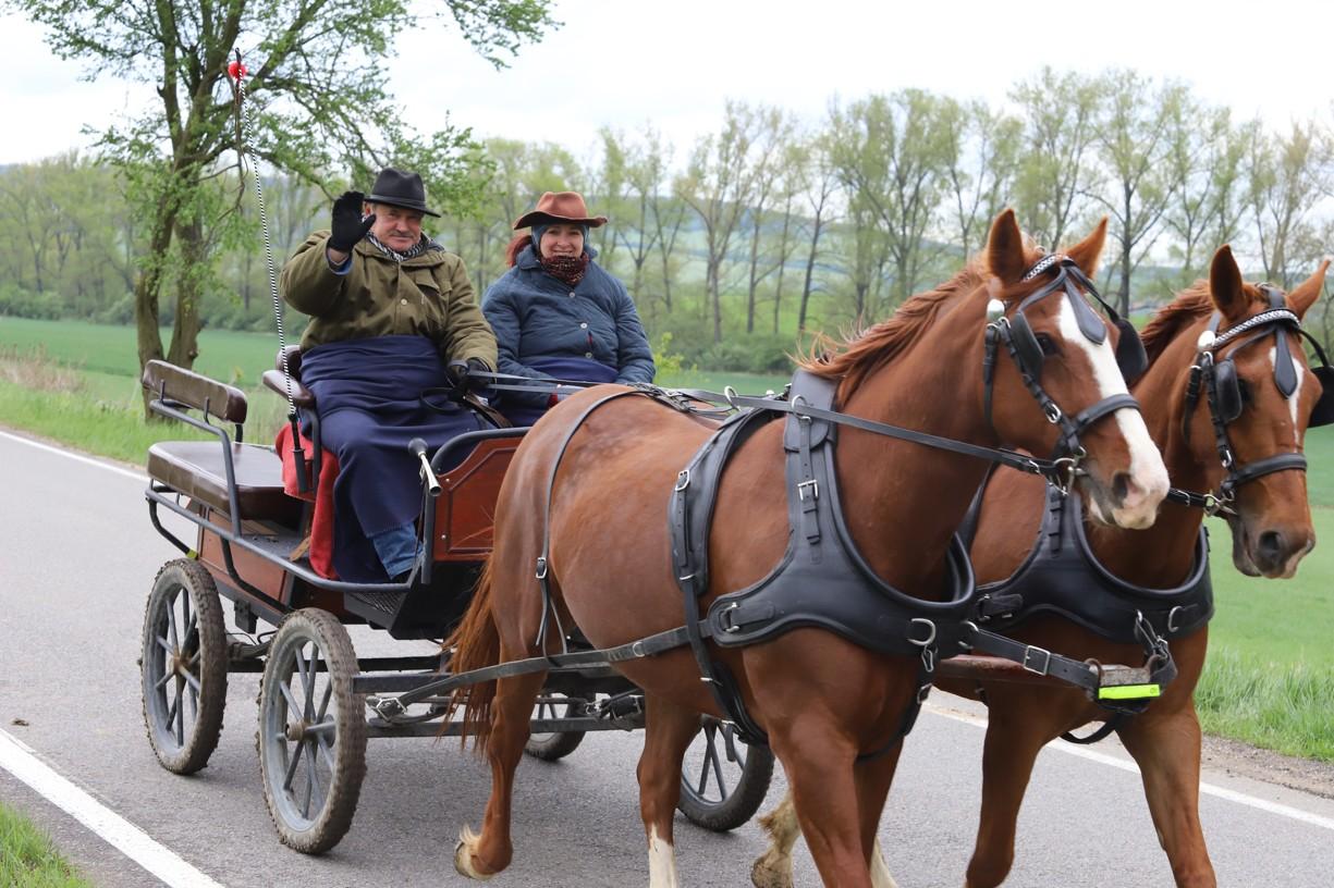 Poslední zamávání manželů Kubíčkových na cestě k soutoku Moravy a Dyje