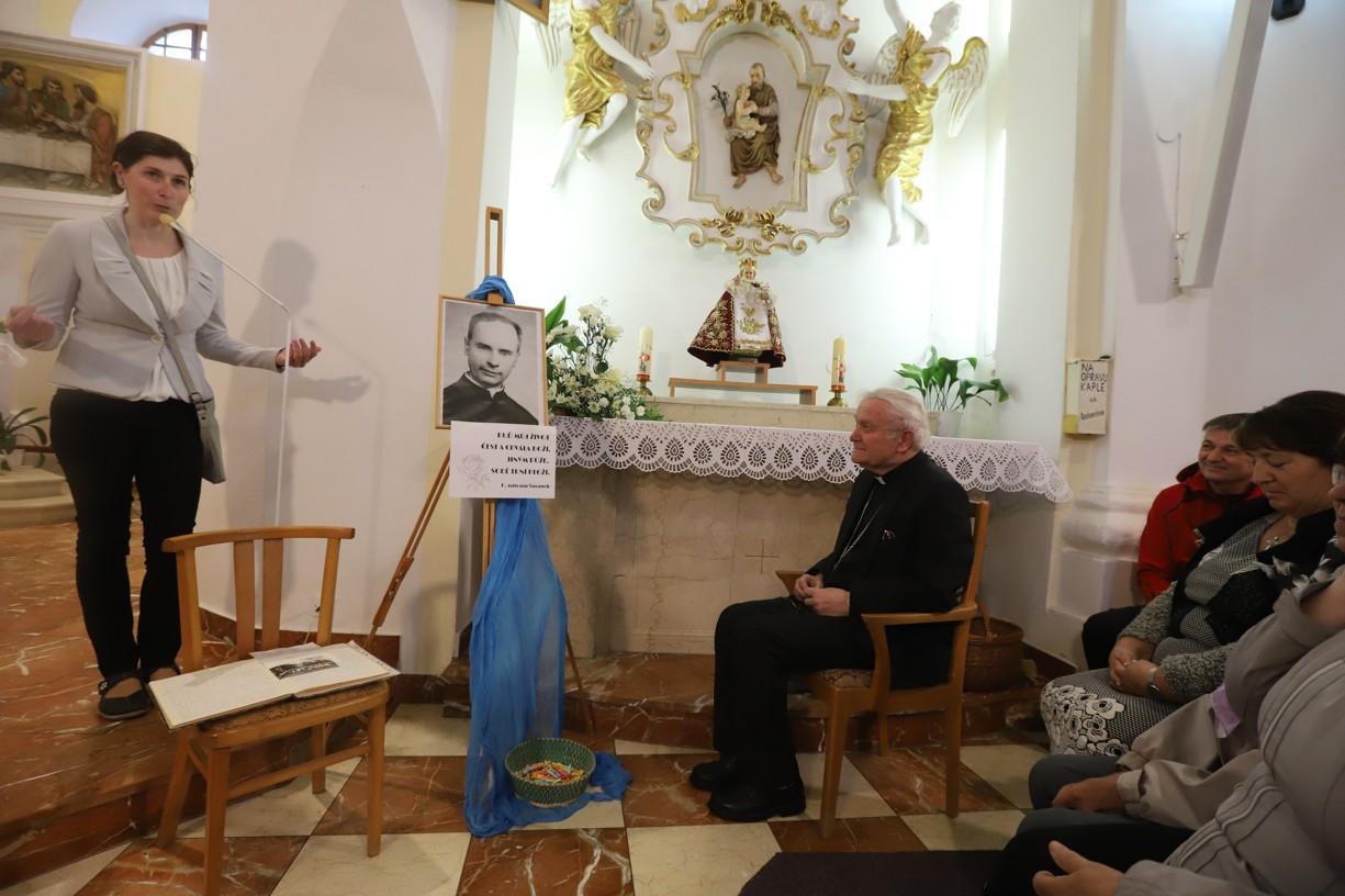 Posluchače ve zcela zaplněné kapli přivítala členka výboru Matice svatoantonínské Alena Skřenková