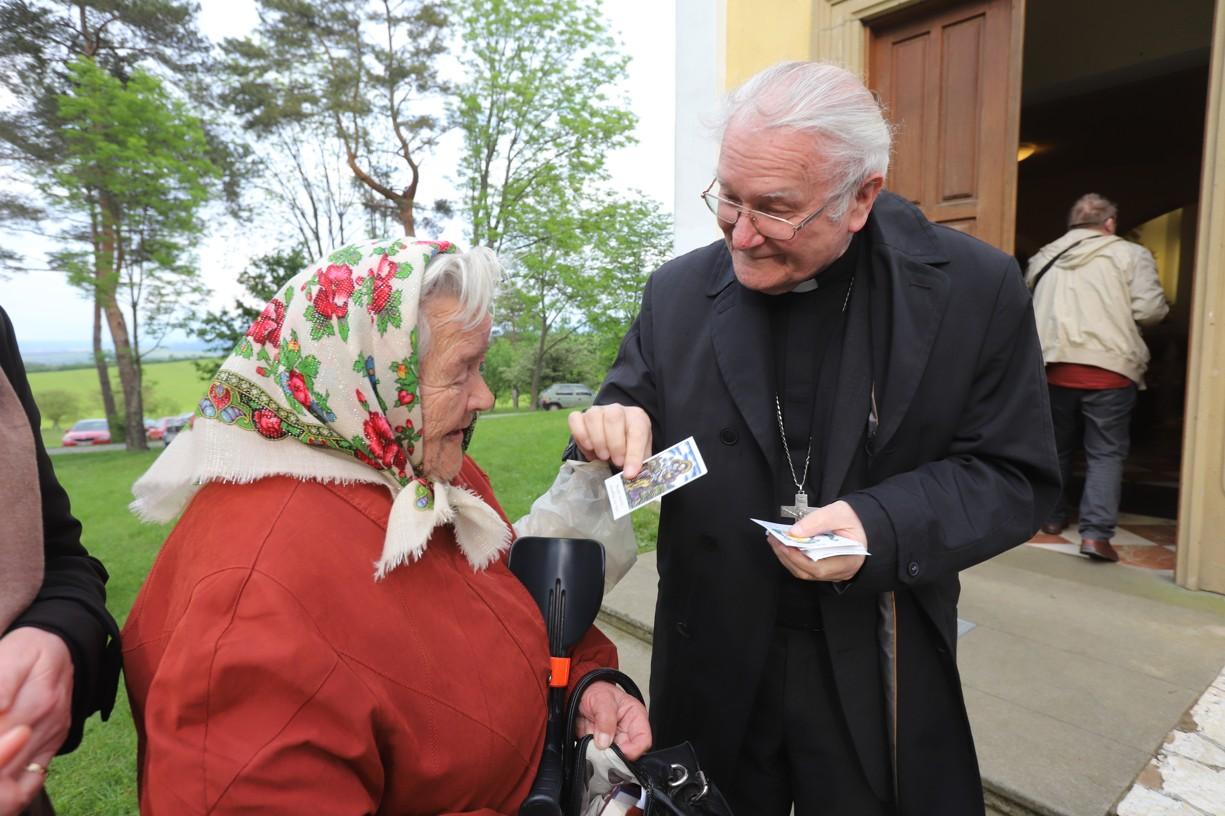 Někteří z návštěvníků se chtěli s panem biskupem pozdravit osobně