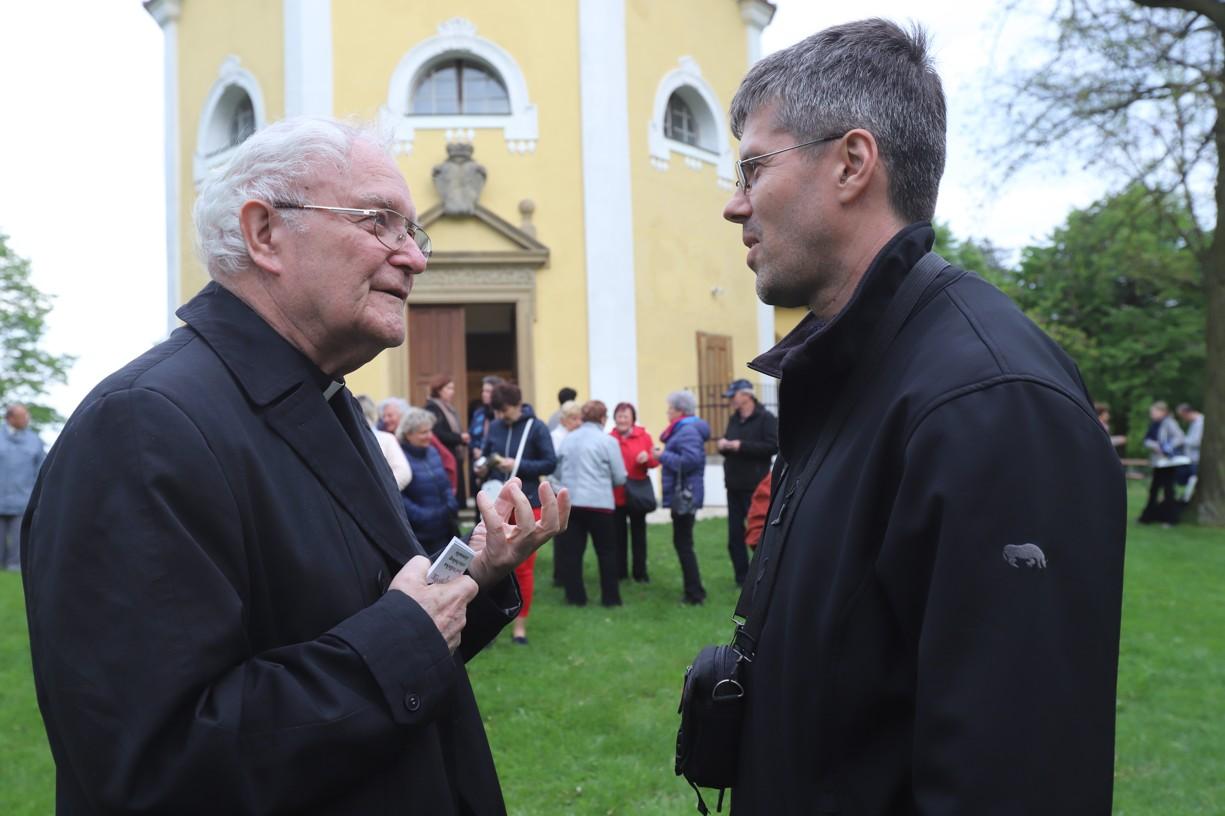 Biskup Josef Hrdlička v rozhovoru s dirigentem Pavlem Hyklem