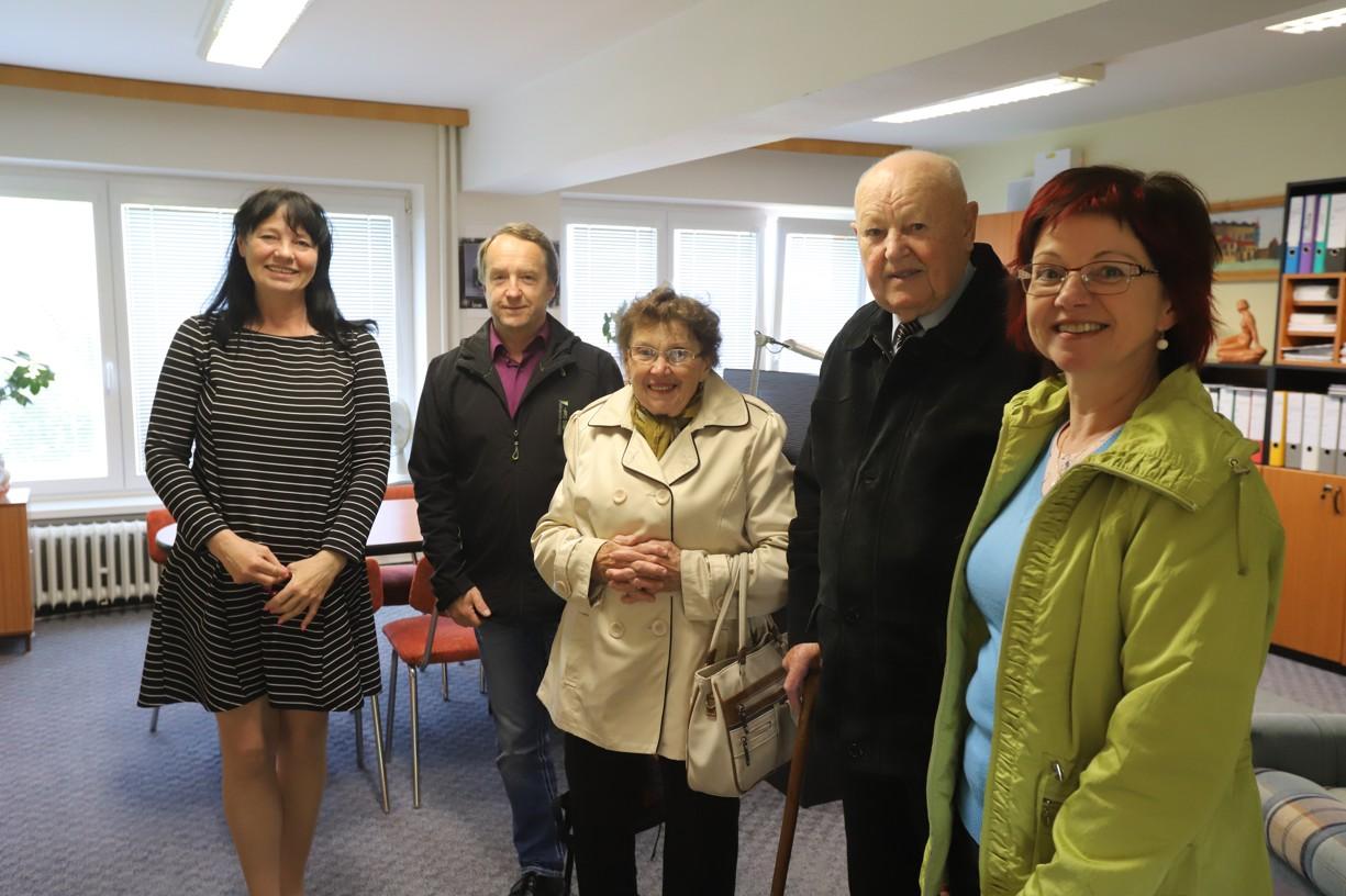 Paní učitelku Procházkovou (uprostřed) s manželem, dcerou a zetěm nejdříve v ředitelně školy přivítala paní ředitelka Ladislava Nosková