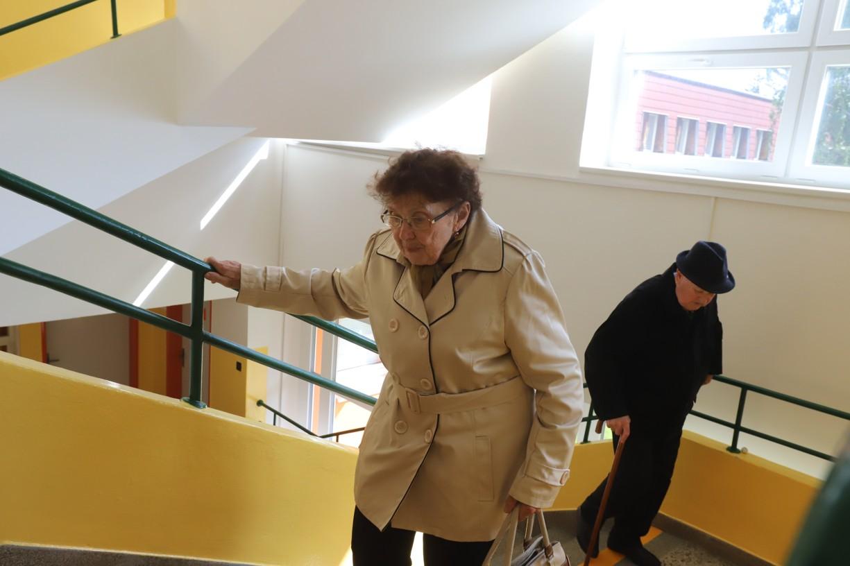 Letos čtyřiaosmdesátiletá učitelka ve výslužbě Marie Procházková vyběhla lehce do prvního poschodí školy