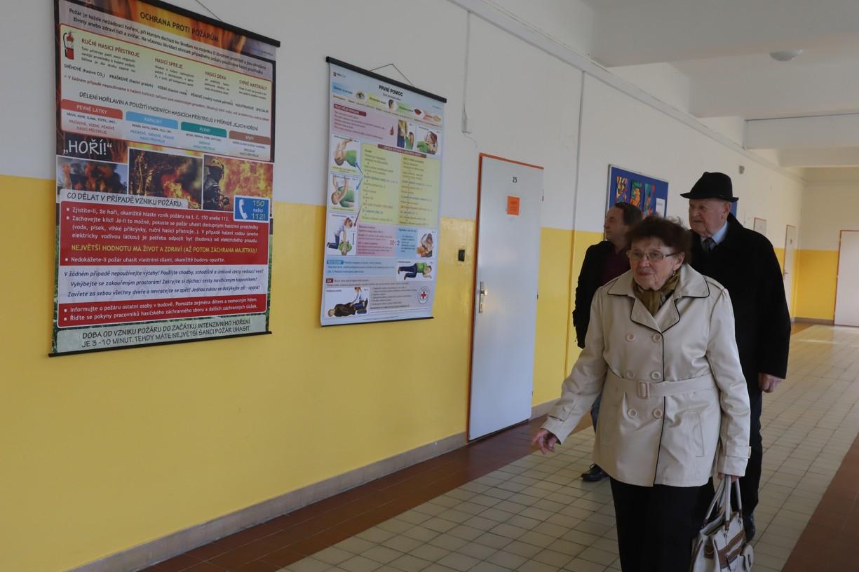 Marie Procházková s doprovodem při prohlídce všech budov školy