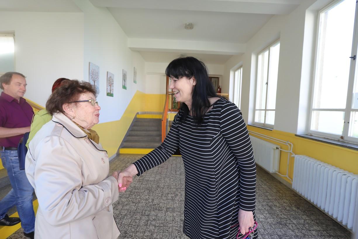 Loučení s paní ředitelkou, která vzácnou návštěvu školou provedla