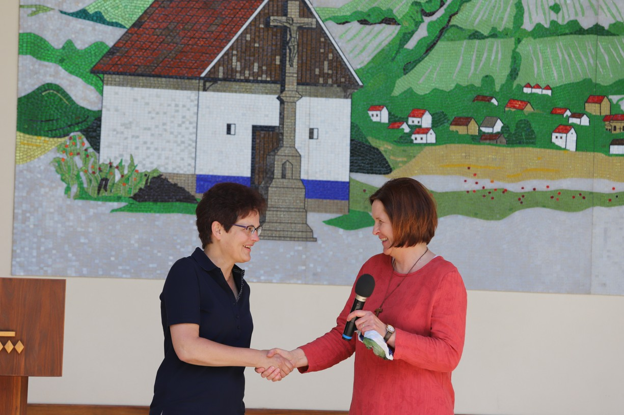 Hana Brigita Reichsfeld ze Sekulárního františkánského řádu vítá přednášející Kateřinu Lachmanovou.