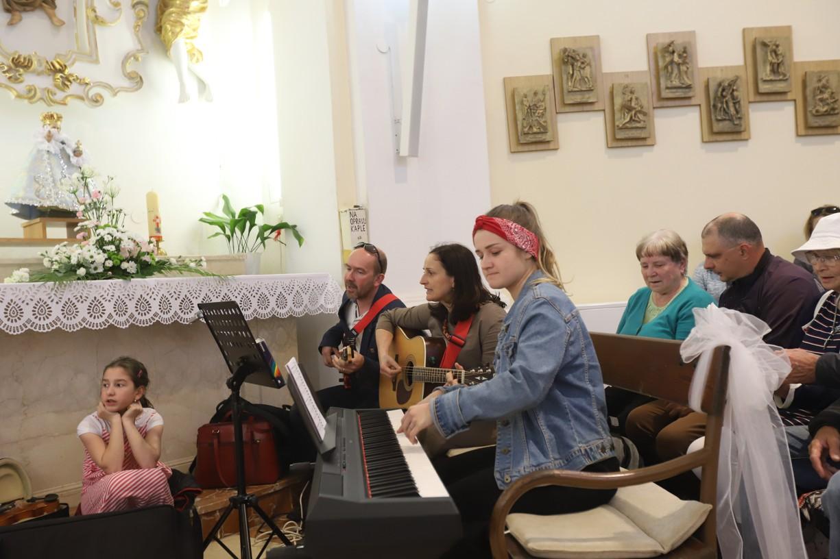 Celý den duchovní obnovu doprovázela hrou a zpěvem rodina Pavelkova z Blatnice