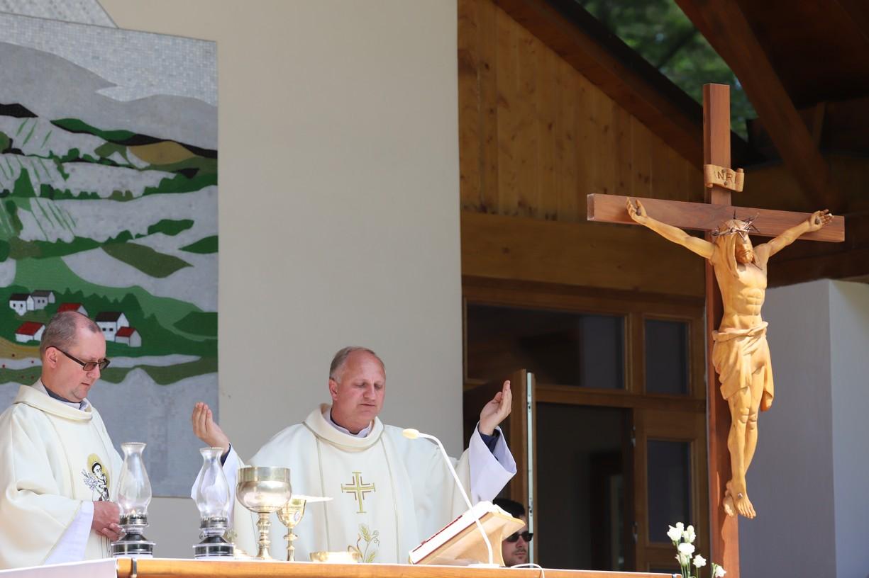 Hlavním celebrantem poutě Matice svatoantonínské byl salesiánský kněz P. Zdeněk Jančařík (vlevo).