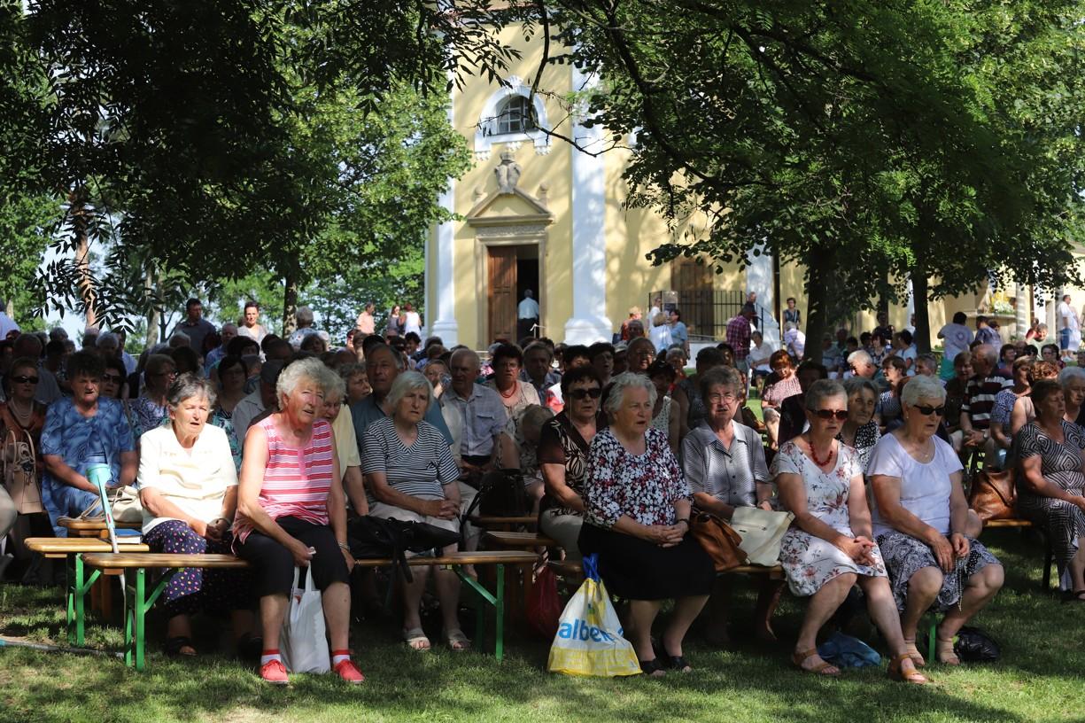 Na Antonínek si dnes ve vedru našly cestu stovky lidí.