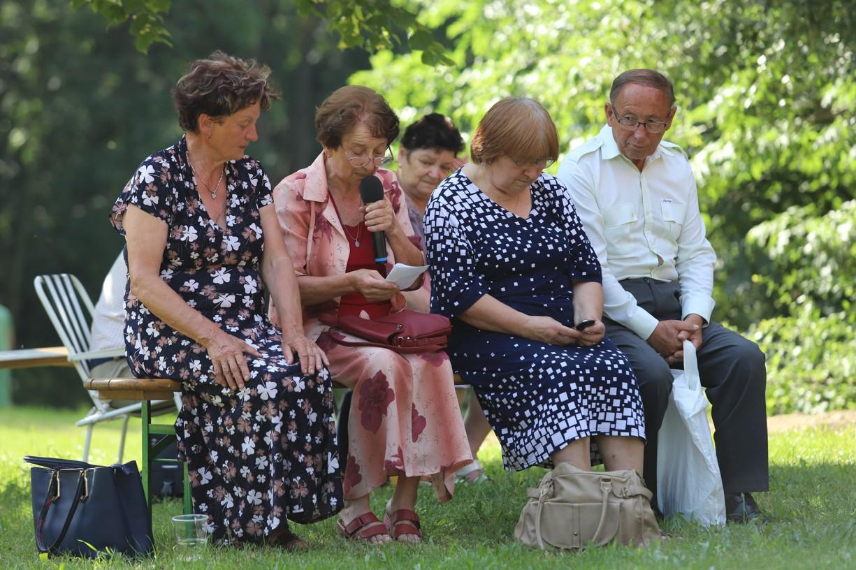 Paní Chabíčová (druhý zleva) předříkvala tradičně růženec.