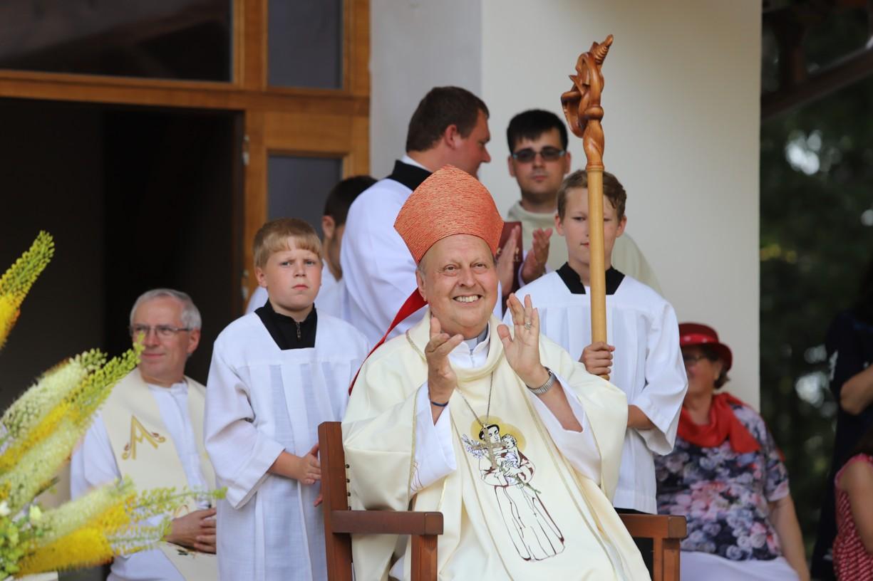 Pan biskup Posád se umí bezprostředně radovat.