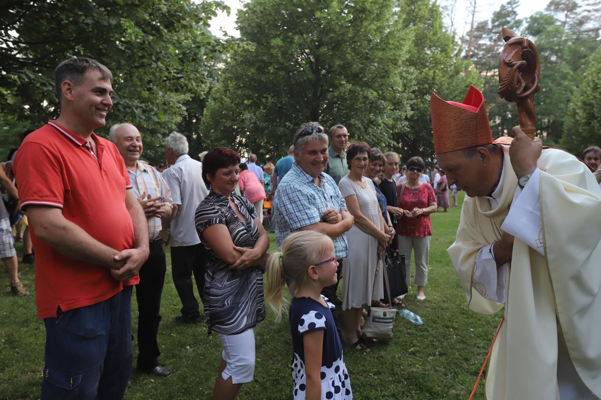 Biskup žehnal všem dětem a na požádání i dospělým