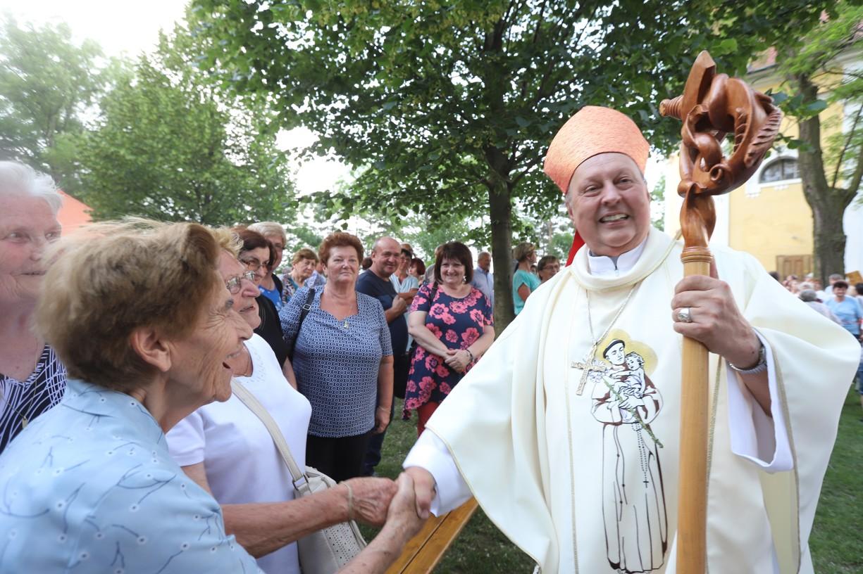 Pan biskup Posád se se všemi rád pozdravil, prohodil dobré slovo a všem žehnal