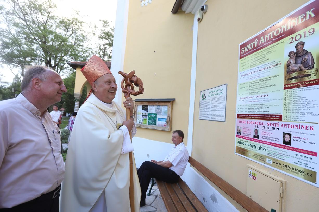 Panu biskupovi se líbila u vchodu do sakristie kaple obře tabule informující o letošních akcích na Antonínku.