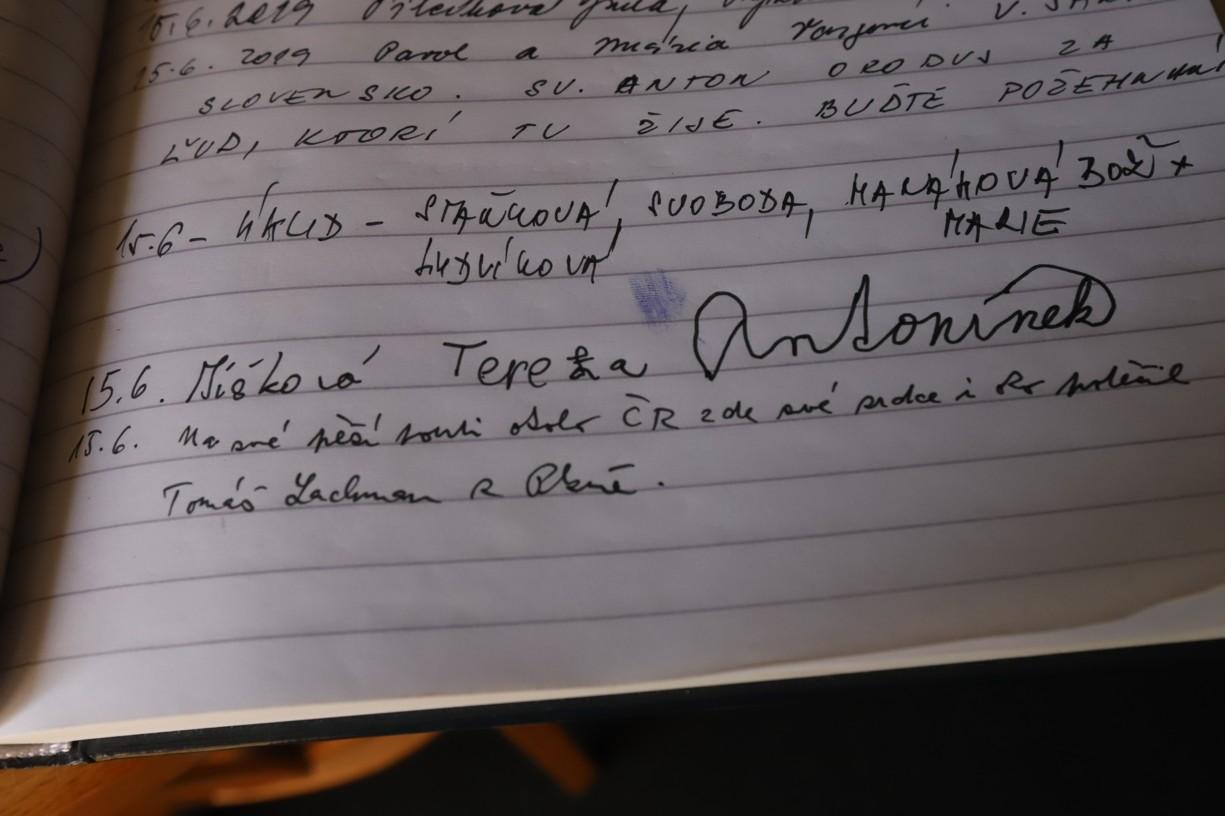 Tomášův zápis v pamětní knize na Antonínku