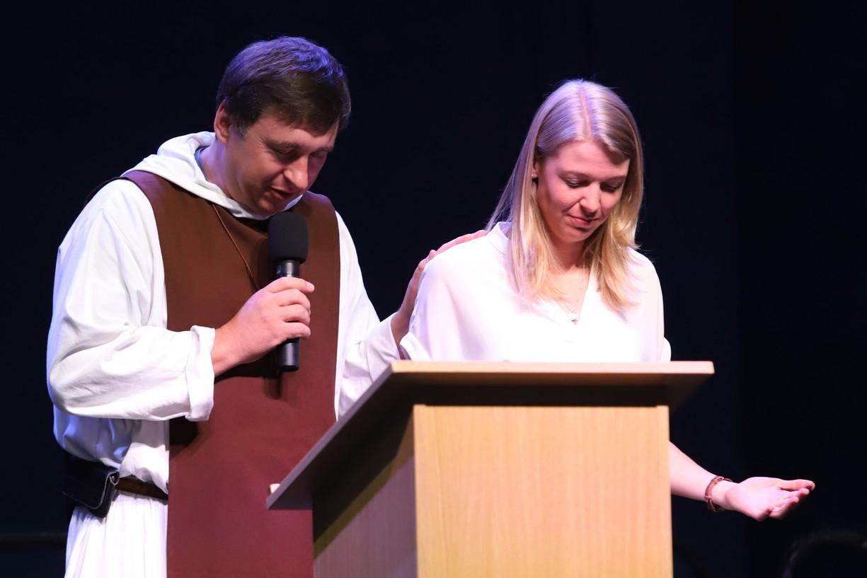P. Vojtěch Koukal se modlí za Miriam Swaffield z Anglie před její přednáškou.