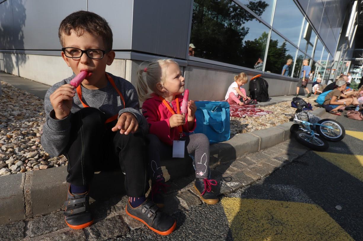 Hnutí Mary's Meals rozdávalo za dobrovolný příspěvek nanuky. Výtěžek poputuje k hladovějícím dětem v různých částech světa, aby měly alespoň jedno jídlo denně. Míšovi a Nelince nanuky moc chutnaly!