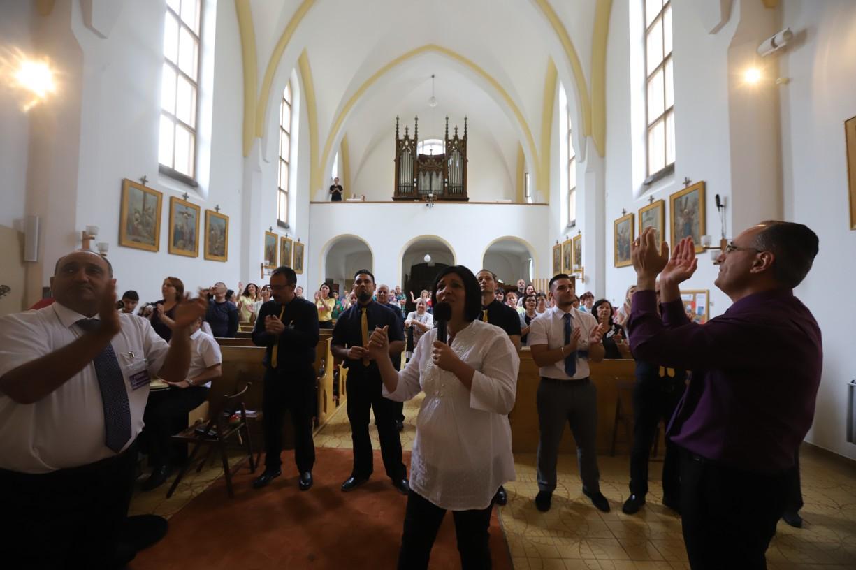Modlitbu slavení RHEMA vedla Josette Bonello