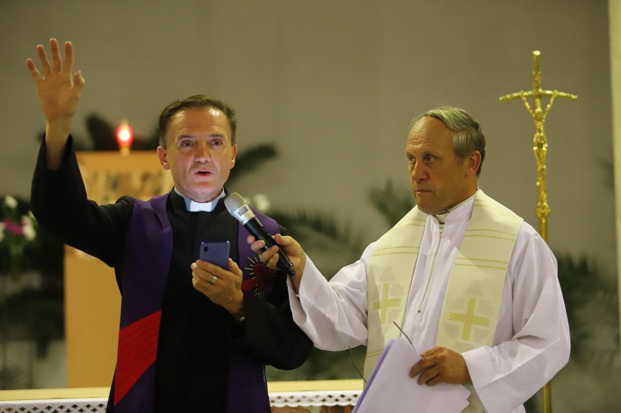 Za asistence uherskohradišťského děkana P. Josefa Říhy poutníkům udělil požehnání správce staroměstské farnosti P. Miroslav Suchomel (vlevo).