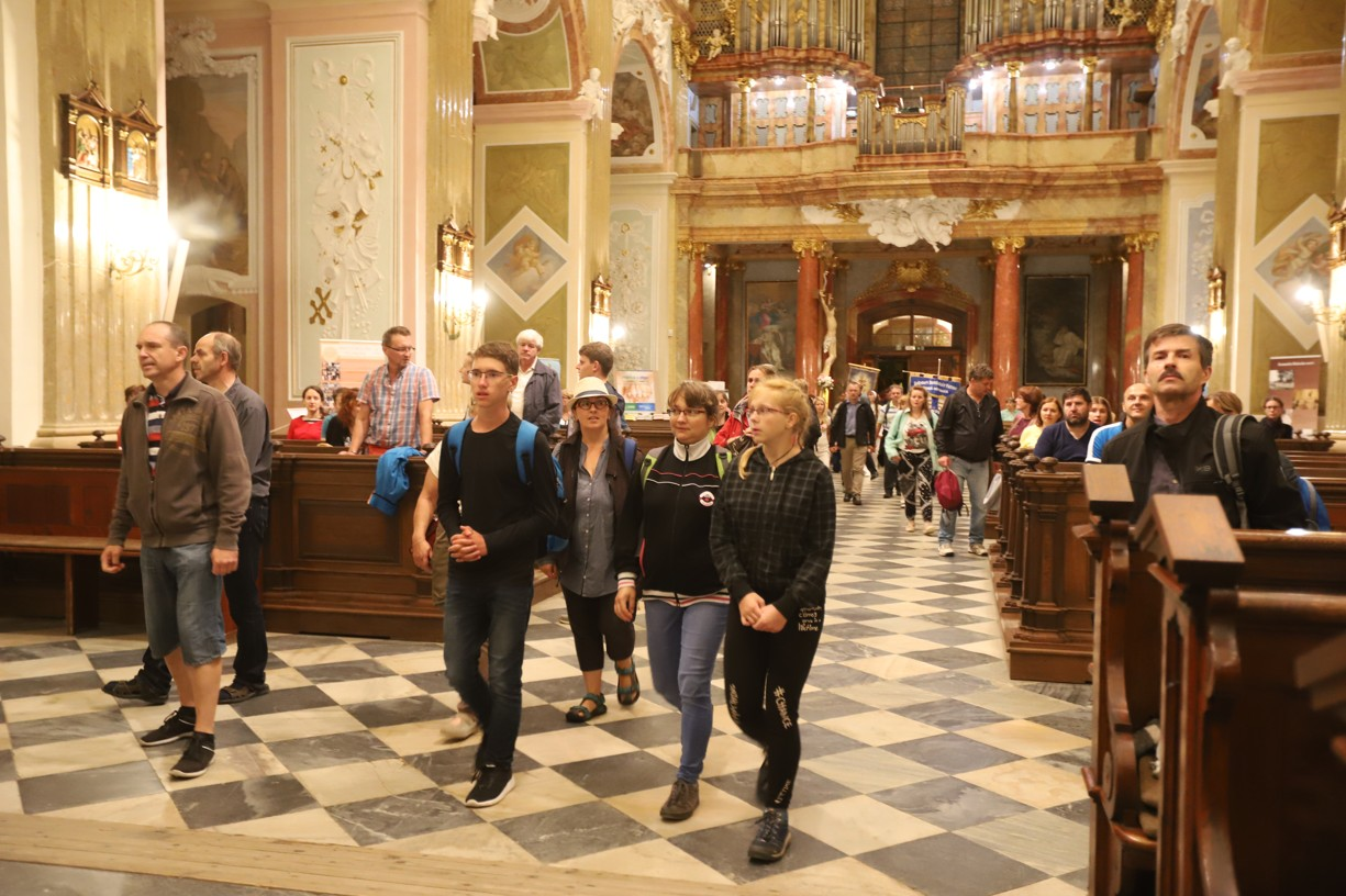 Poutníci vcházejí a začínají zaplňovat velehradskou baziliku.