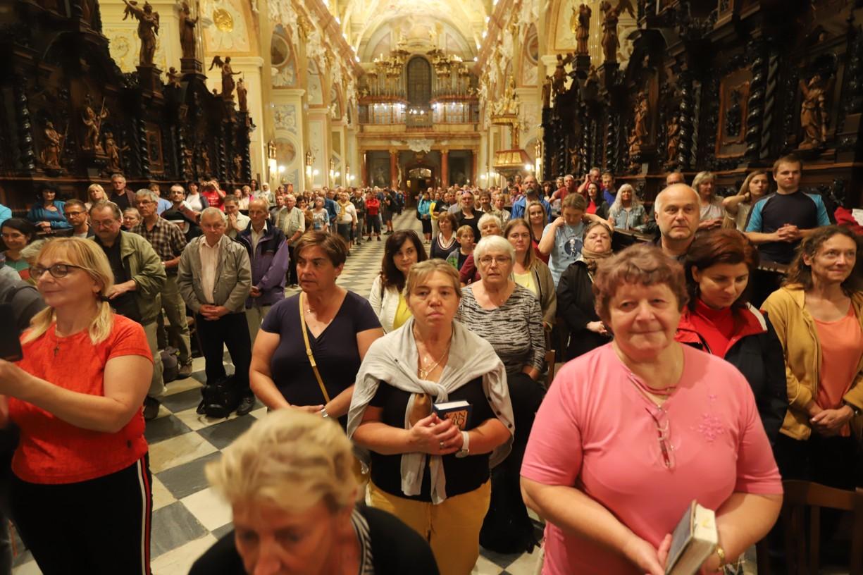 Jsou dvě hodiny v noci a velehradská bazilika je plná věřících.