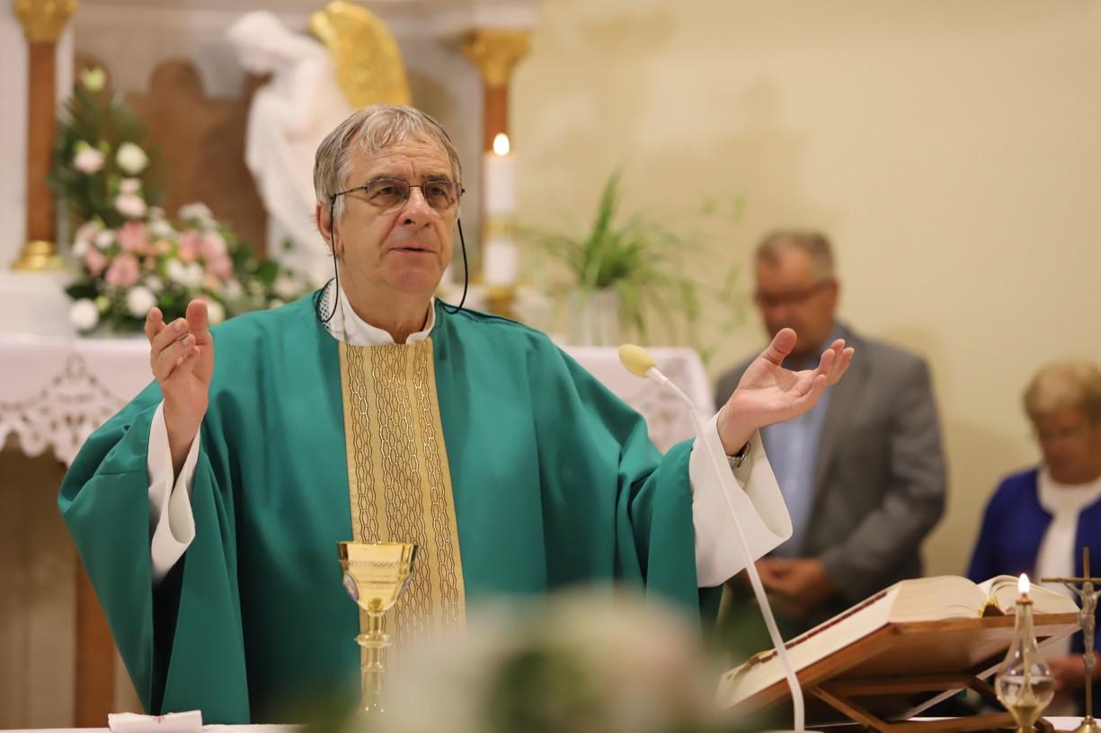 První mši svatou sloužil už tradičně farář z Ostrožské Lhoty P. Miroslav Reif.