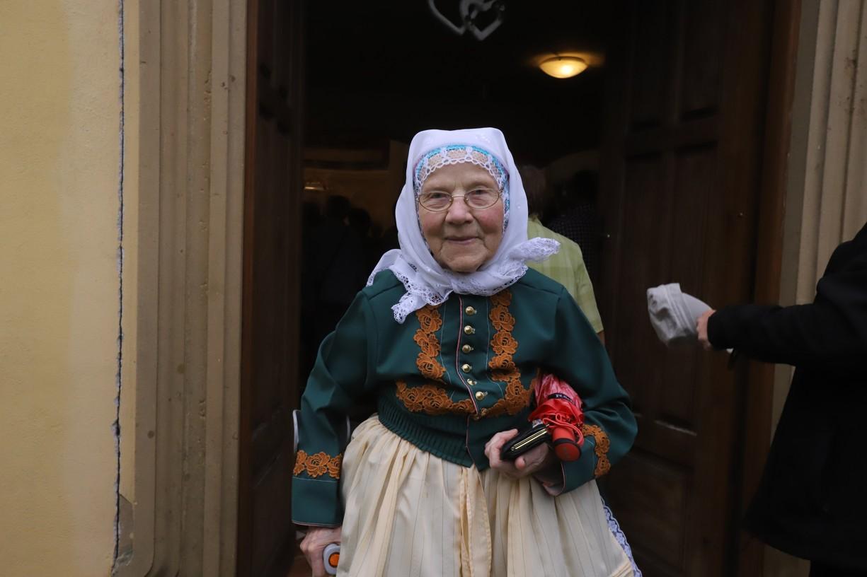 Paní Mikulčíkovou z Vacenovic, které je 87 let, déšť neodradil, aby na pouť nepřišla v kroji.