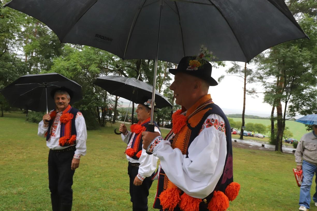 Na pouti byli pod deštníky i zpěváci z Ostrožské Nové vsi, kteří si říkají Krasavci.