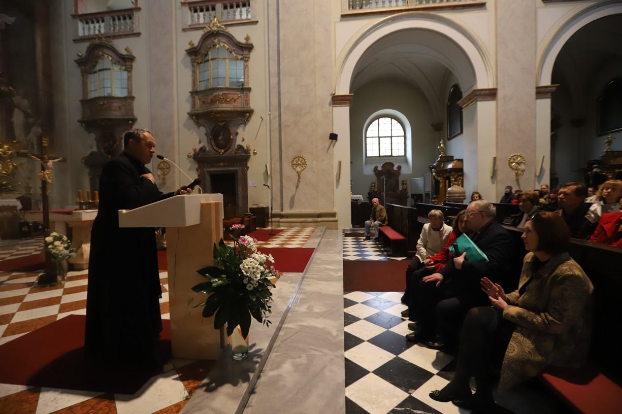 P. Collins přijel do Uherského Hradiště na pozvání uherskohradišťského děkana P. Josefa Říhy (vlevo)