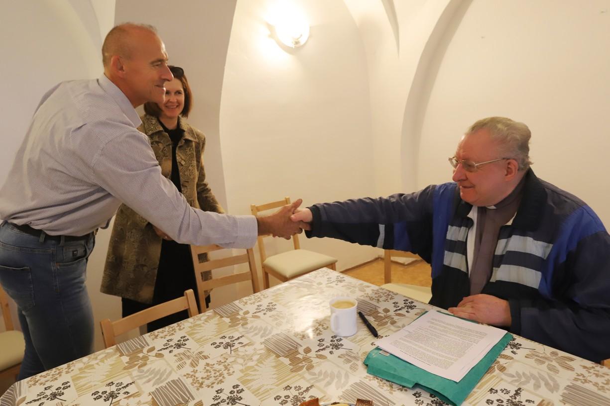 P. Collinse vítá ředitel uherskohradišťské charity Jiří Jakeš.