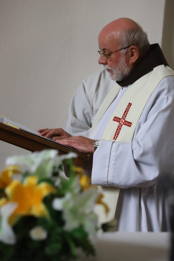 Mši svatou sloužil na Rochusu františkánský kněz otec Bernardin.