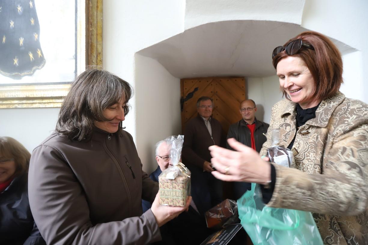 Pastorační asistentka uherskohradišťské charity Hana Reichsfeld děkuje překladatelce Janě Ungerové.
